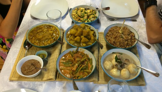 Mesa de arroces y platos variados (Rijsttafel)