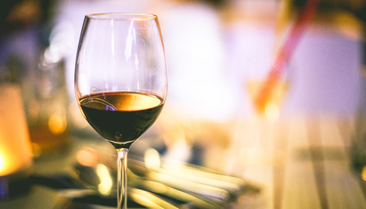 copa de vino en una mesa