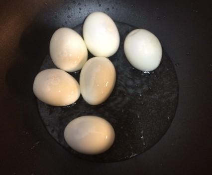 Huevos duros en el wok