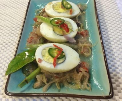 Huevos duros en salsa picante emplatado