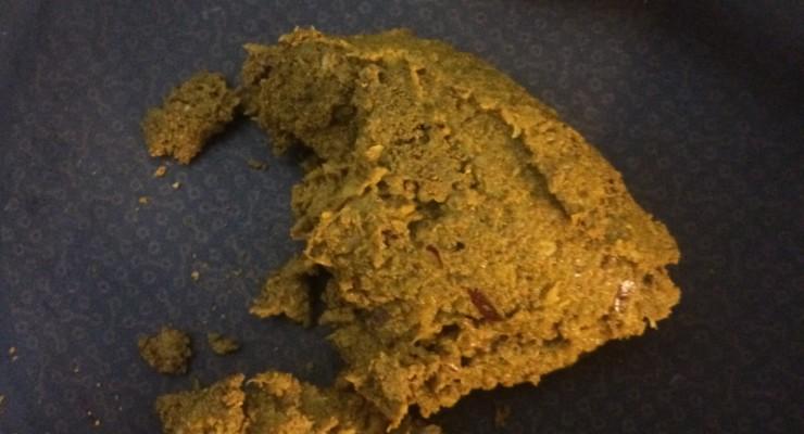 Bumbú de curry en una sartén