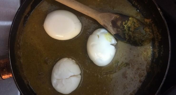 Huevos en sartén con salsa de curry