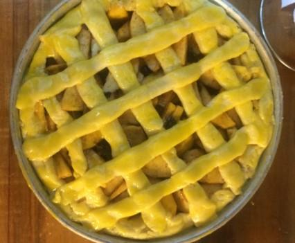 El enrejado de tarta cubierto con la yema