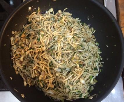 fideos de arroz con tofu en sartén