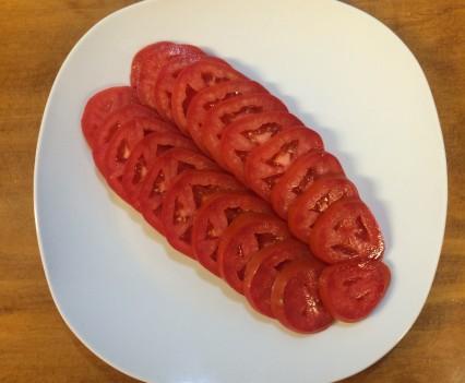 Rodajas de tomates en un plato