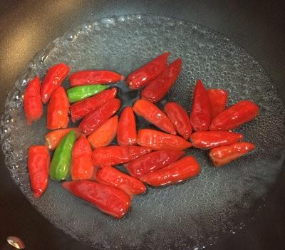 Chiles Hirviéndose en el wok