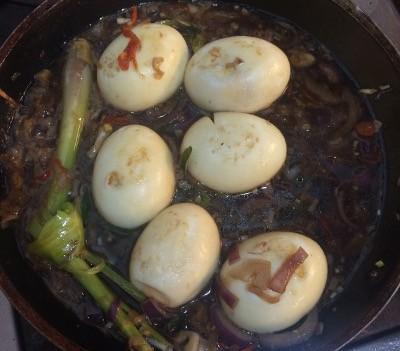 Cocinando los huevos en la salsa de bali