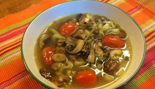 Sopa oriental con portobellos y tomates cherry