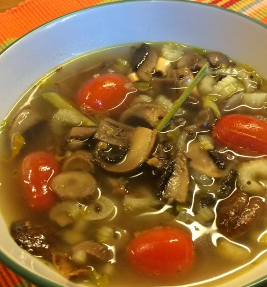 Sopa oriental con hongos y tomates cherry