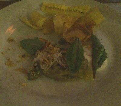 Ensalada de berenjena ahumada con crips de plátano y mandioca
