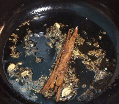 Agregar la canela al aceite