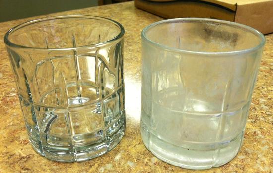 Ejemplo de vaso con manchas de agua dura