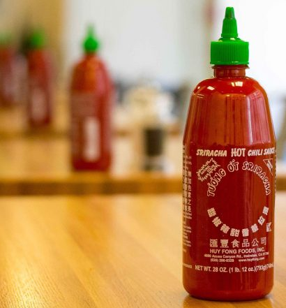 Botellas Sriracha en mesas